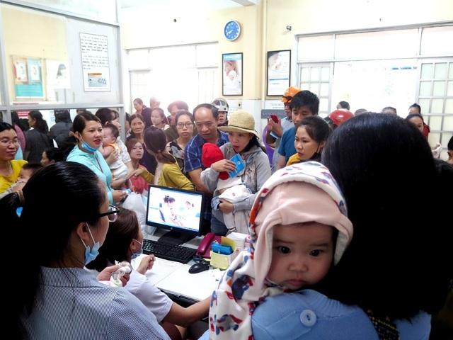Quảng Nam chen lấn để được tiêm vắc-xin 6 trong 1
