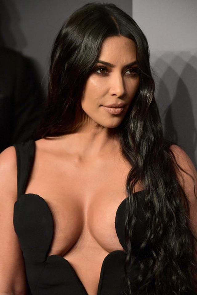 Kim Kardashian diện cây đồ Jeans đi ăn cùng chồng  - 7