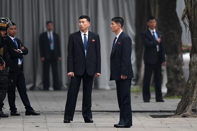 Đội vệ sĩ Triều Tiên đứng nghiêm như người máy bên ngoài khách sạn Metropole - 2