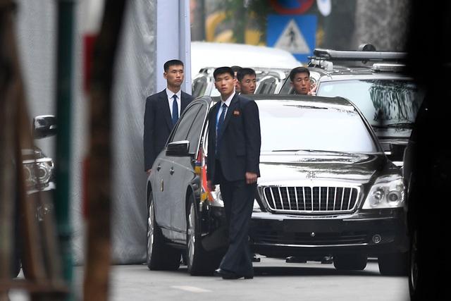 Đội vệ sĩ Triều Tiên đứng nghiêm như người máy bên ngoài khách sạn Metropole - 7