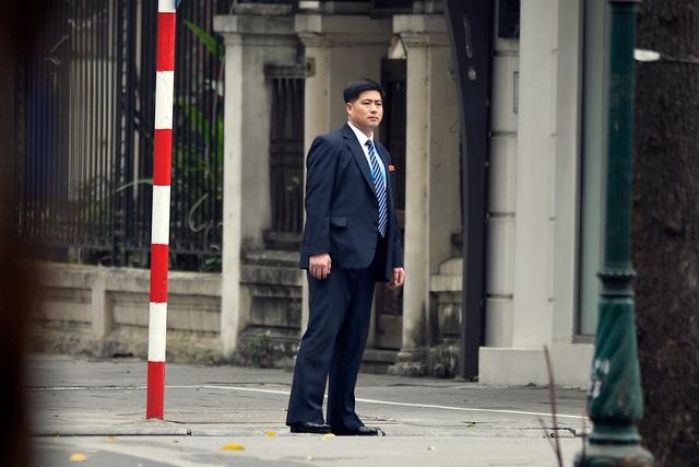 Đội vệ sĩ Triều Tiên đứng nghiêm như người máy bên ngoài khách sạn Metropole - 8