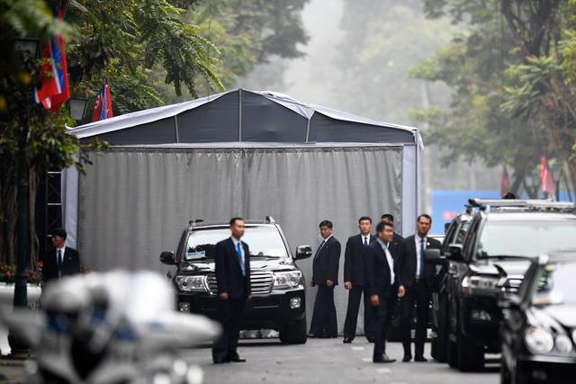 Đội vệ sĩ Triều Tiên đứng nghiêm như người máy bên ngoài khách sạn Metropole - 1
