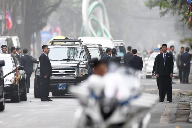 Đội vệ sĩ Triều Tiên đứng nghiêm như người máy bên ngoài khách sạn Metropole - 10