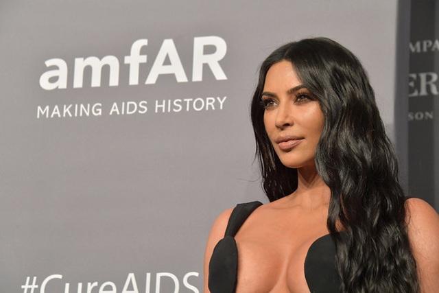 Kim Kardashian diện cây đồ Jeans đi ăn cùng chồng  - 9