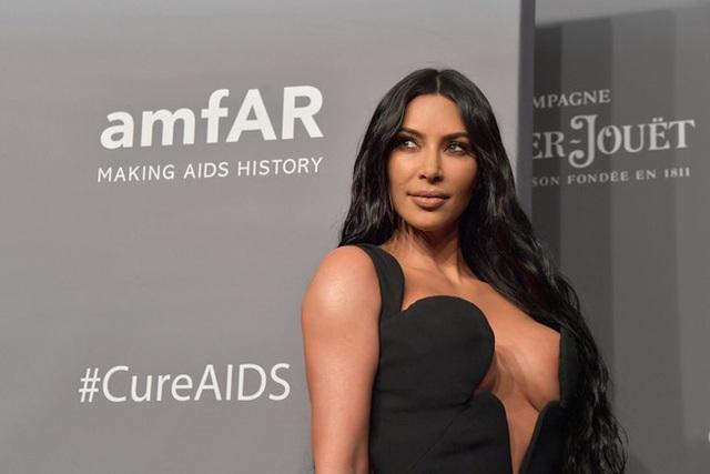 Kim Kardashian diện cây đồ Jeans đi ăn cùng chồng  - 8