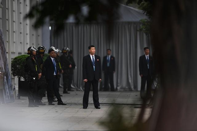 Đội vệ sĩ Triều Tiên đứng nghiêm như người máy bên ngoài khách sạn Metropole - 12