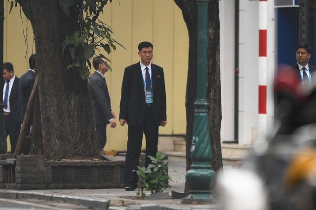 Đội vệ sĩ Triều Tiên đứng nghiêm như người máy bên ngoài khách sạn Metropole - 9