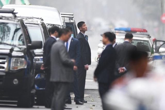 Đội vệ sĩ Triều Tiên đứng nghiêm như người máy bên ngoài khách sạn Metropole - 11