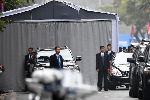 Đội vệ sĩ Triều Tiên đứng nghiêm như người máy bên ngoài khách sạn Metropole - 6