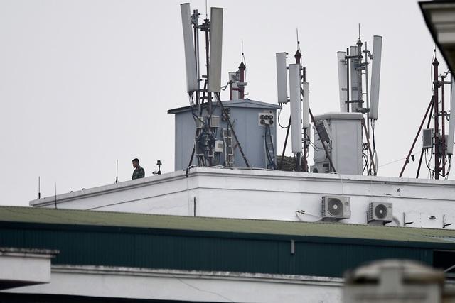Đội vệ sĩ Triều Tiên đứng nghiêm như người máy bên ngoài khách sạn Metropole - 14