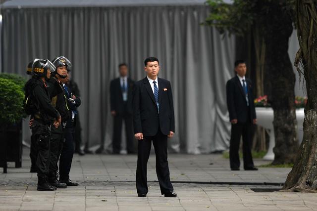 Đội vệ sĩ Triều Tiên đứng nghiêm như người máy bên ngoài khách sạn Metropole - 4