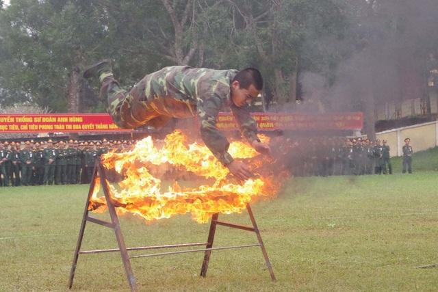 Mãn nhãn màn bay qua lửa, búa tạ đập trên người lính trinh sát - 15