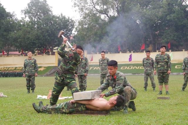 Mãn nhãn màn bay qua lửa, búa tạ đập trên người lính trinh sát - 16
