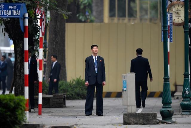 Đội vệ sĩ Triều Tiên đứng nghiêm như người máy bên ngoài khách sạn Metropole - 3