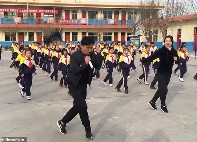 Trung Quốc: Thầy hiệu trưởng hướng dẫn toàn trường tập nhảy mỗi ngày giờ thế nào? - 2