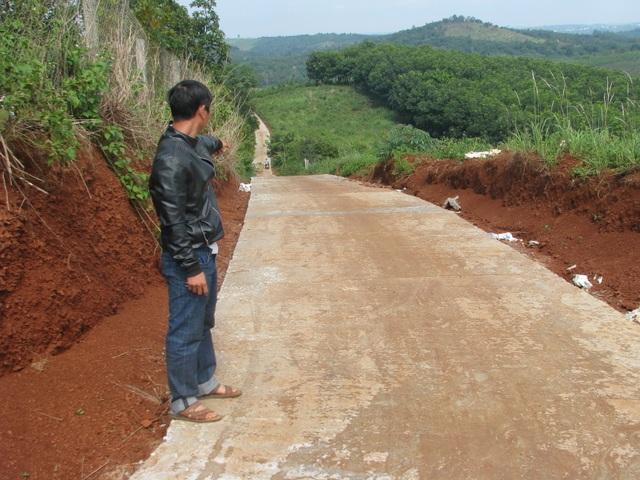 """Kỷ luật chủ tịch xã để nhà thầu """"nắn"""" đường vào thẳng rẫy nhà mình tại Đắk Nông! - 1"""