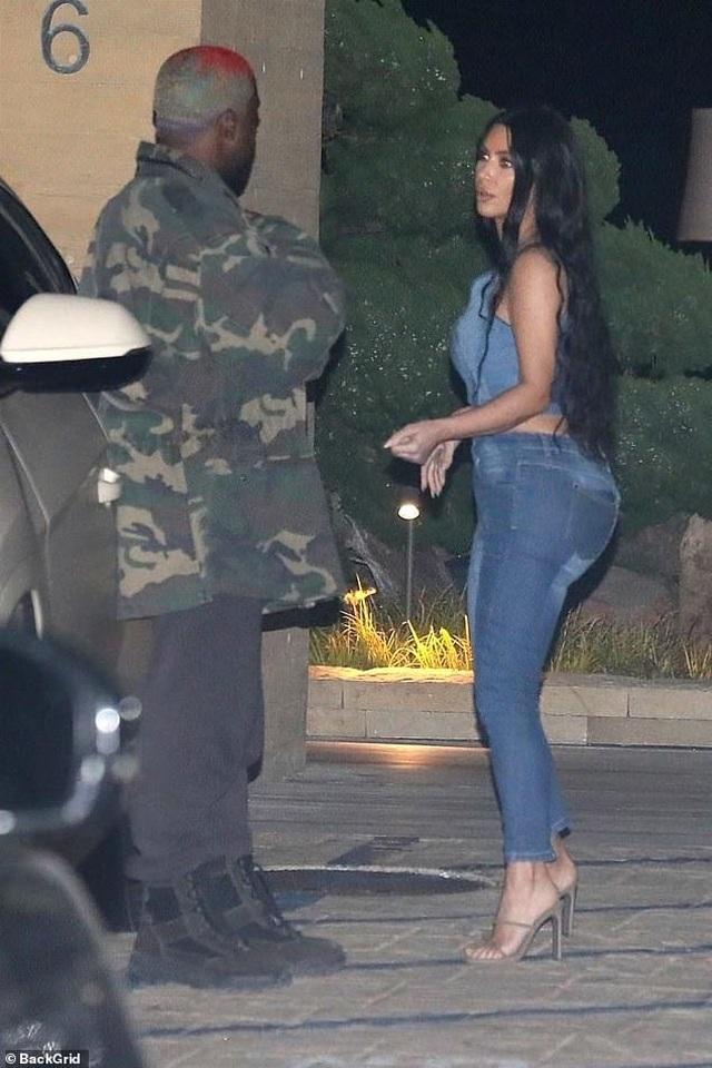 Kim Kardashian diện cây đồ Jeans đi ăn cùng chồng  - 2