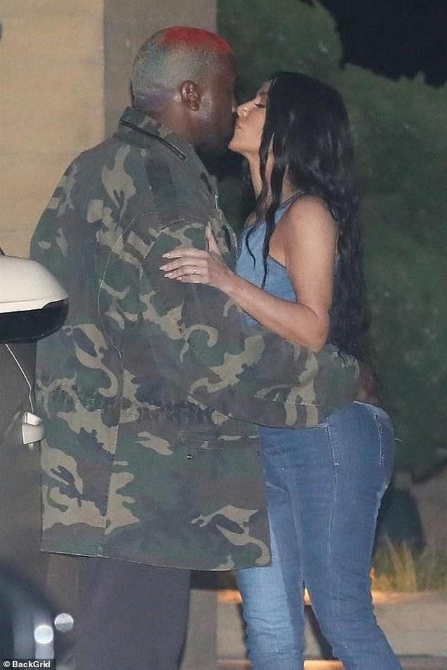 Kim Kardashian diện cây đồ Jeans đi ăn cùng chồng  - 6