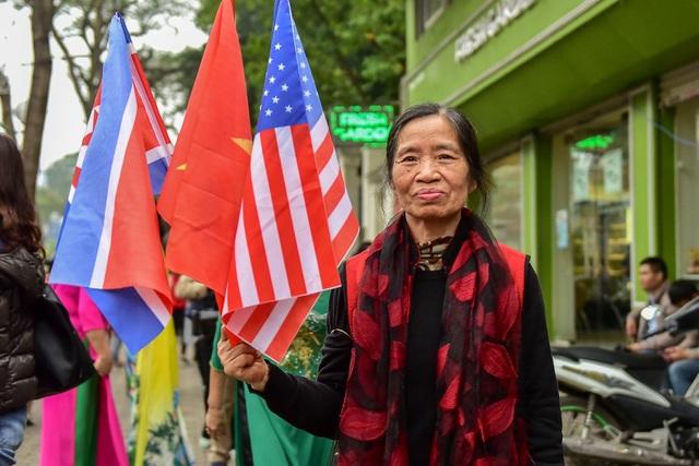 Người Hà Nội cầm cờ hoa chào đón 2 nhà lãnh đạo Trump - Kim - 7
