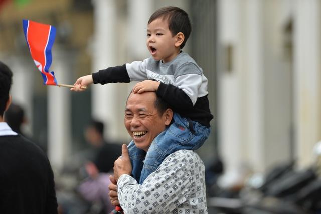Người Hà Nội cầm cờ hoa chào đón 2 nhà lãnh đạo Trump - Kim - 3