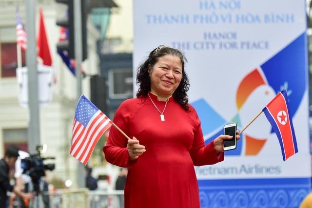 Người Hà Nội cầm cờ hoa chào đón 2 nhà lãnh đạo Trump - Kim - 6