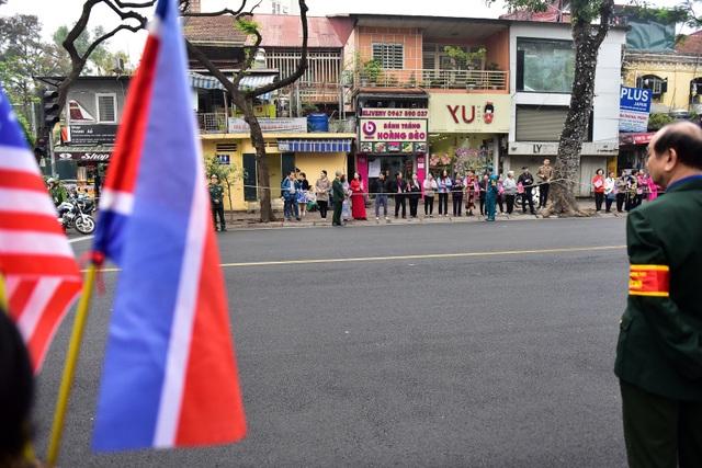 Người Hà Nội cầm cờ hoa chào đón 2 nhà lãnh đạo Trump - Kim - 1