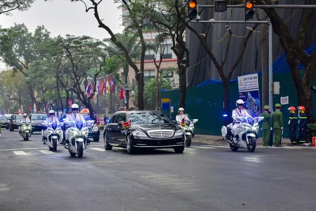 Người Hà Nội cầm cờ hoa chào đón 2 nhà lãnh đạo Trump - Kim - 10