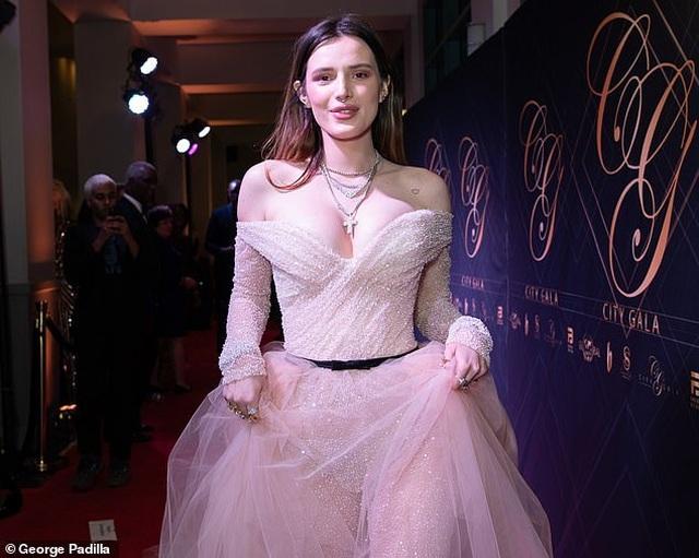 Bella Thorne khoe da trắng, ngực tròn - 1
