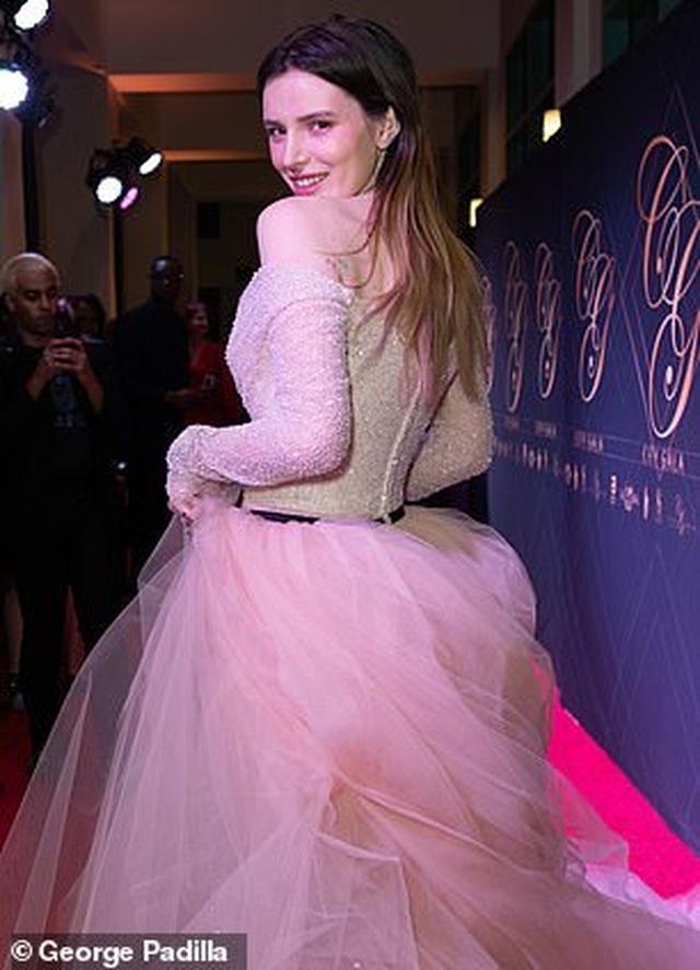 Bella Thorne khoe da trắng, ngực tròn - 9