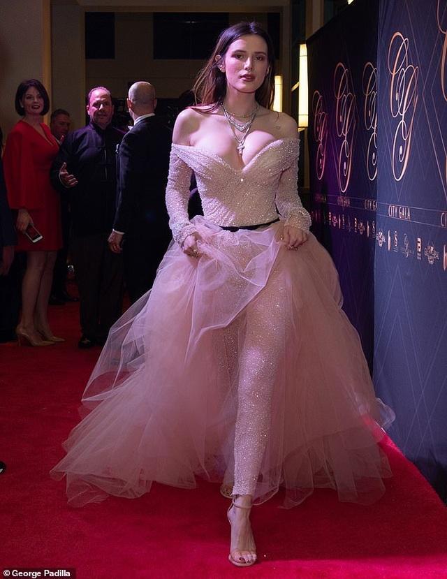 Bella Thorne khoe da trắng, ngực tròn - 2