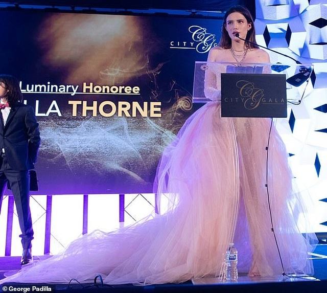 Bella Thorne khoe da trắng, ngực tròn - 5