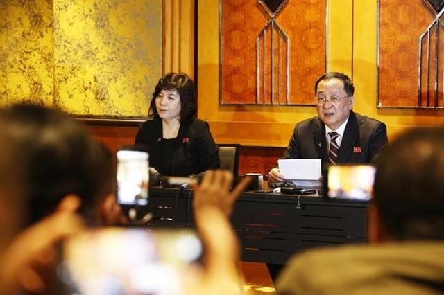 Triều Tiên họp báo nói chỉ đề nghị Mỹ dỡ bỏ một phần lệnh cấm vận - 1