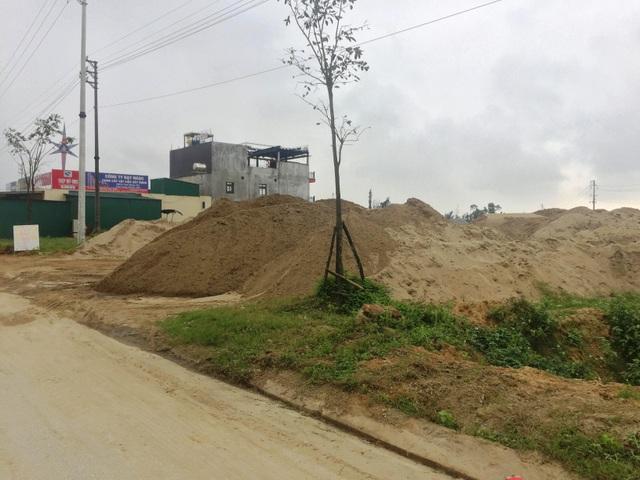 Hà Tĩnh: Bãi cát trái phép tập kết rầm rộ gần UBND huyện, dân lĩnh đủ! - 1