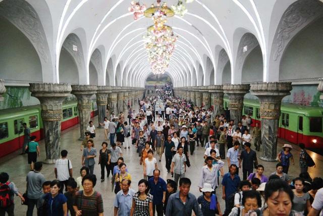 Bên trong hệ thống tàu điện ngầm sâu nhất thế giới của Triều Tiên - 1