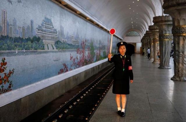 Bên trong hệ thống tàu điện ngầm sâu nhất thế giới của Triều Tiên - 2
