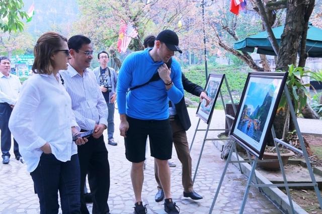 Đoàn phóng viên quốc tế trầm trồ trước vẻ đẹp của di sản kép Tràng An - 1