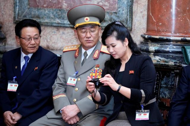 Những phụ nữ quyền lực tháp tùng Chủ tịch Triều Tiên tới Việt Nam là ai? - 11