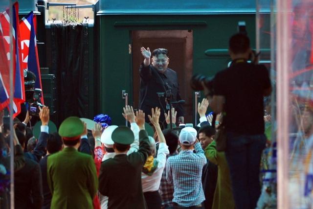 Chủ tịch Kim Jong-un vẫy tay chào Việt Nam, lên tàu về nước - 1