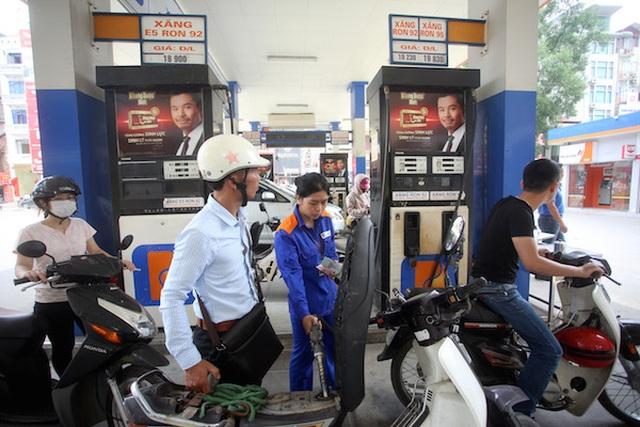 Xả quỹ ở mức cao, giá xăng dầu vẫn phải tăng gần 950 đồng/lít - 1