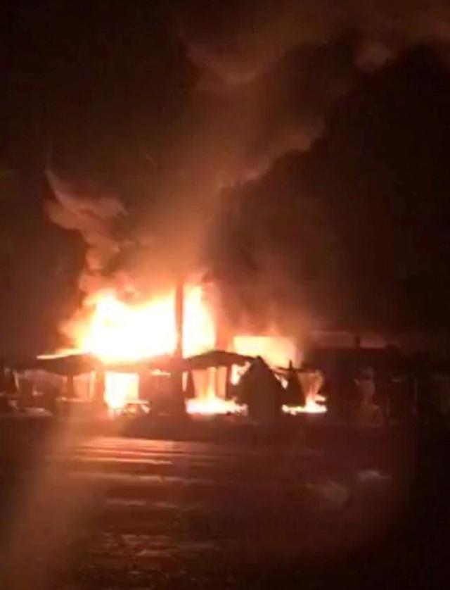 Cháy chợ lúc rạng sáng, 30 ki ốt bị thiêu rụi - 1
