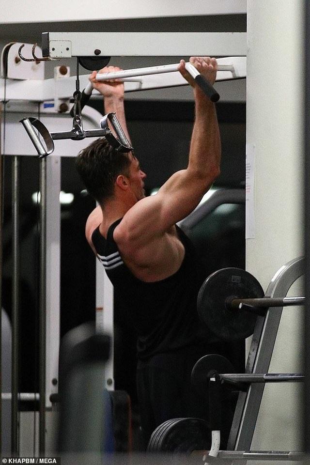 Người sói Hugh Jackman khoe cơ bắp cuồn cuộn ở tuổi 51 - 4