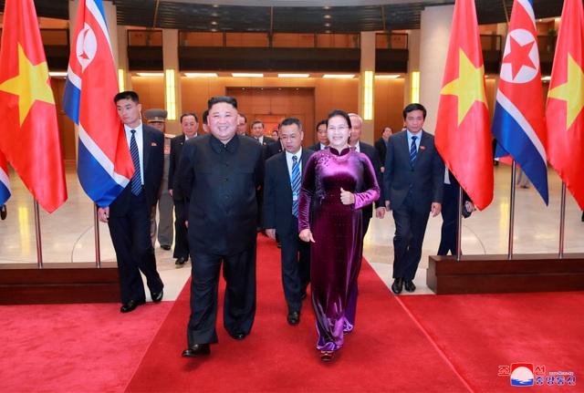 Truyền thông Triều Tiên đăng bộ ảnh ấn tượng về chuyến thăm Việt Nam của ông Kim Jong-un - 12