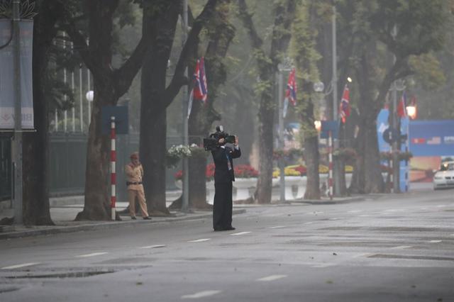 Những phóng viên Triều Tiên kín tiếng theo sát ông Kim Jong-un tại Hà Nội - 6