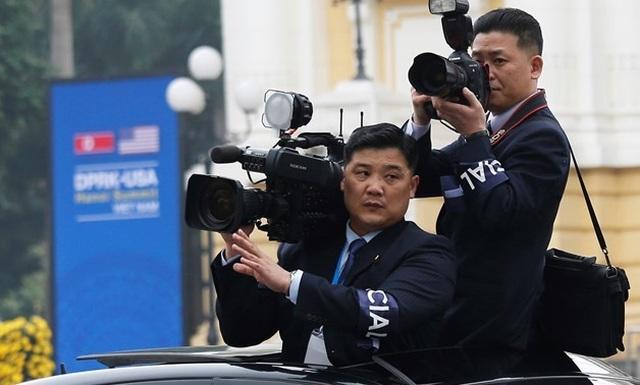 Những phóng viên Triều Tiên kín tiếng theo sát ông Kim Jong-un tại Hà Nội - 4