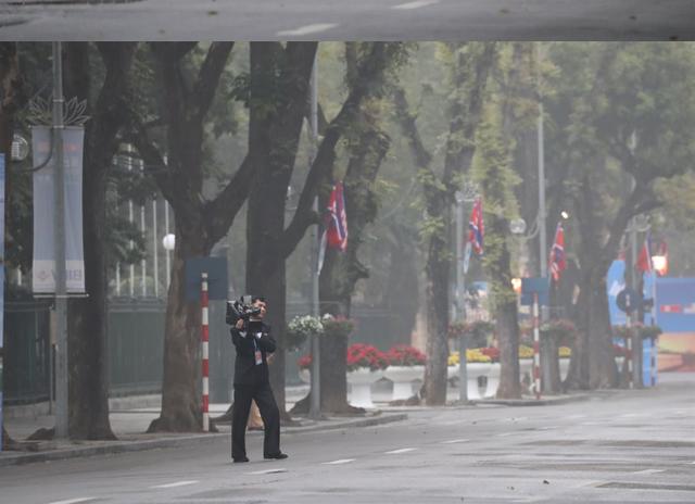 Những phóng viên Triều Tiên kín tiếng theo sát ông Kim Jong-un tại Hà Nội - 5