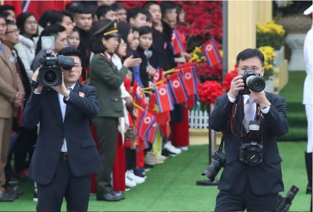Những phóng viên Triều Tiên kín tiếng theo sát ông Kim Jong-un tại Hà Nội - 1