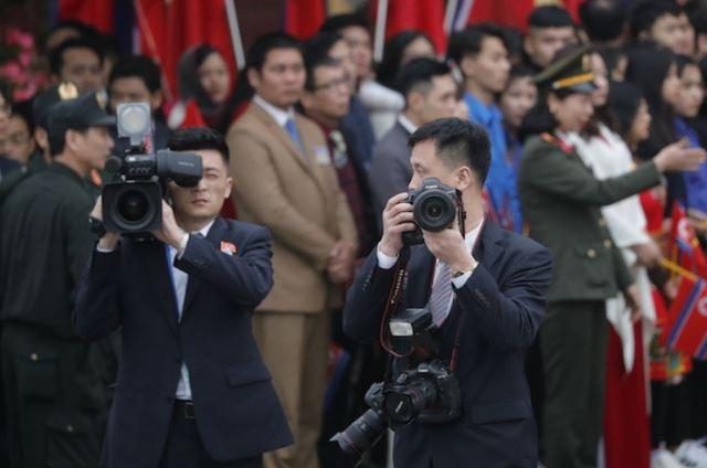 Những phóng viên Triều Tiên kín tiếng theo sát ông Kim Jong-un tại Hà Nội - 2