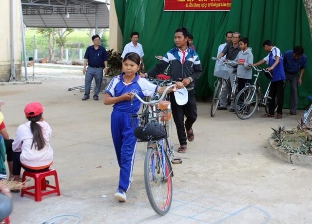 """Thầy giáo """"giữ chân"""" học trò bằng những chiếc xe đạp cũ - 6"""