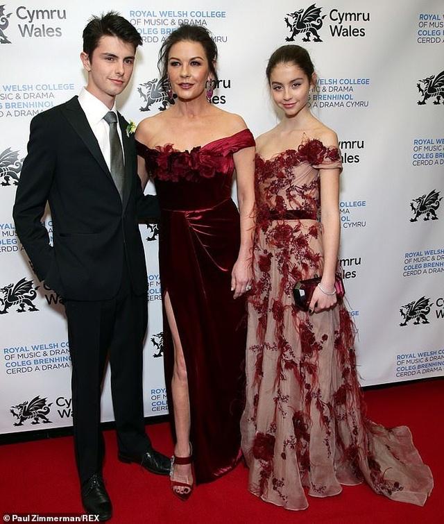 Catherine Zeta Jones sành điệu đưa 2 con dự sự kiện - 1