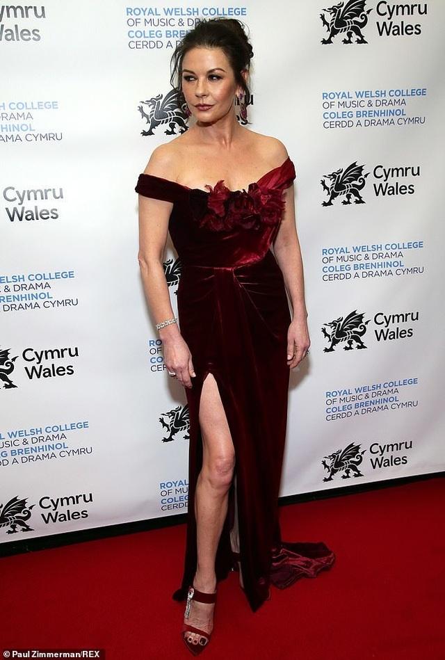 Catherine Zeta Jones sành điệu đưa 2 con dự sự kiện - 7